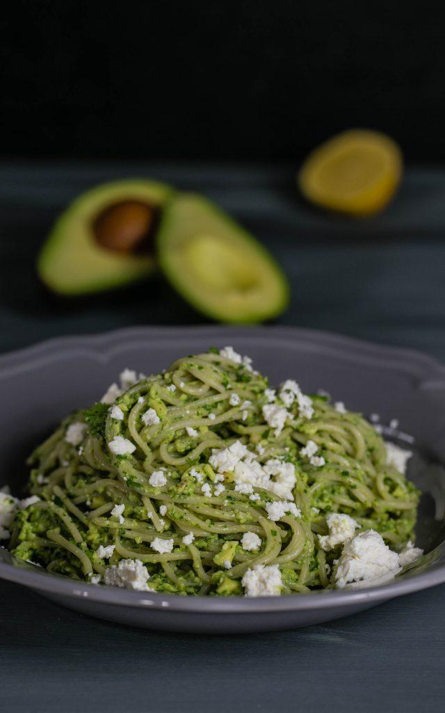 Avocado-Mojo mit Koriander, Pinienkernen und Spaghetti