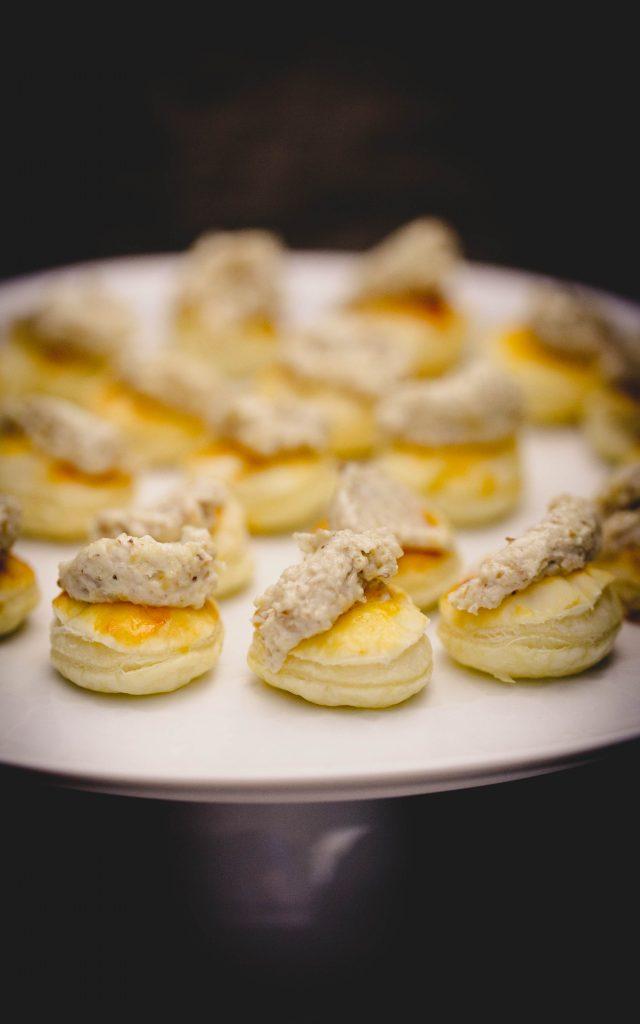Vorspeise aus Blätterteig mit Gorgonzola-Camembert-Creme