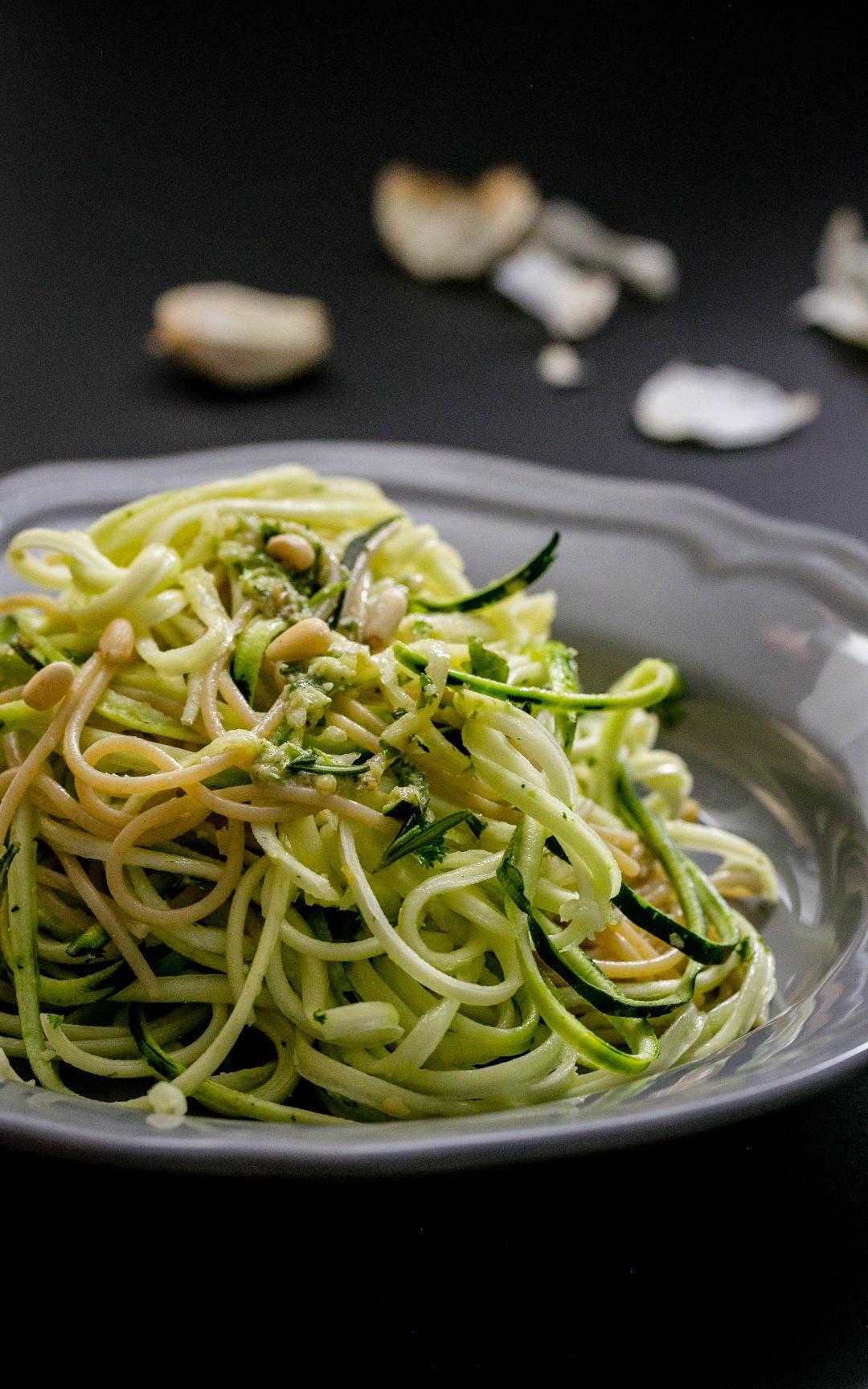 Salat-aus-Vollkorn-Spaghetti-mit-Zudeln-Basilikum-und-Pinienkernen