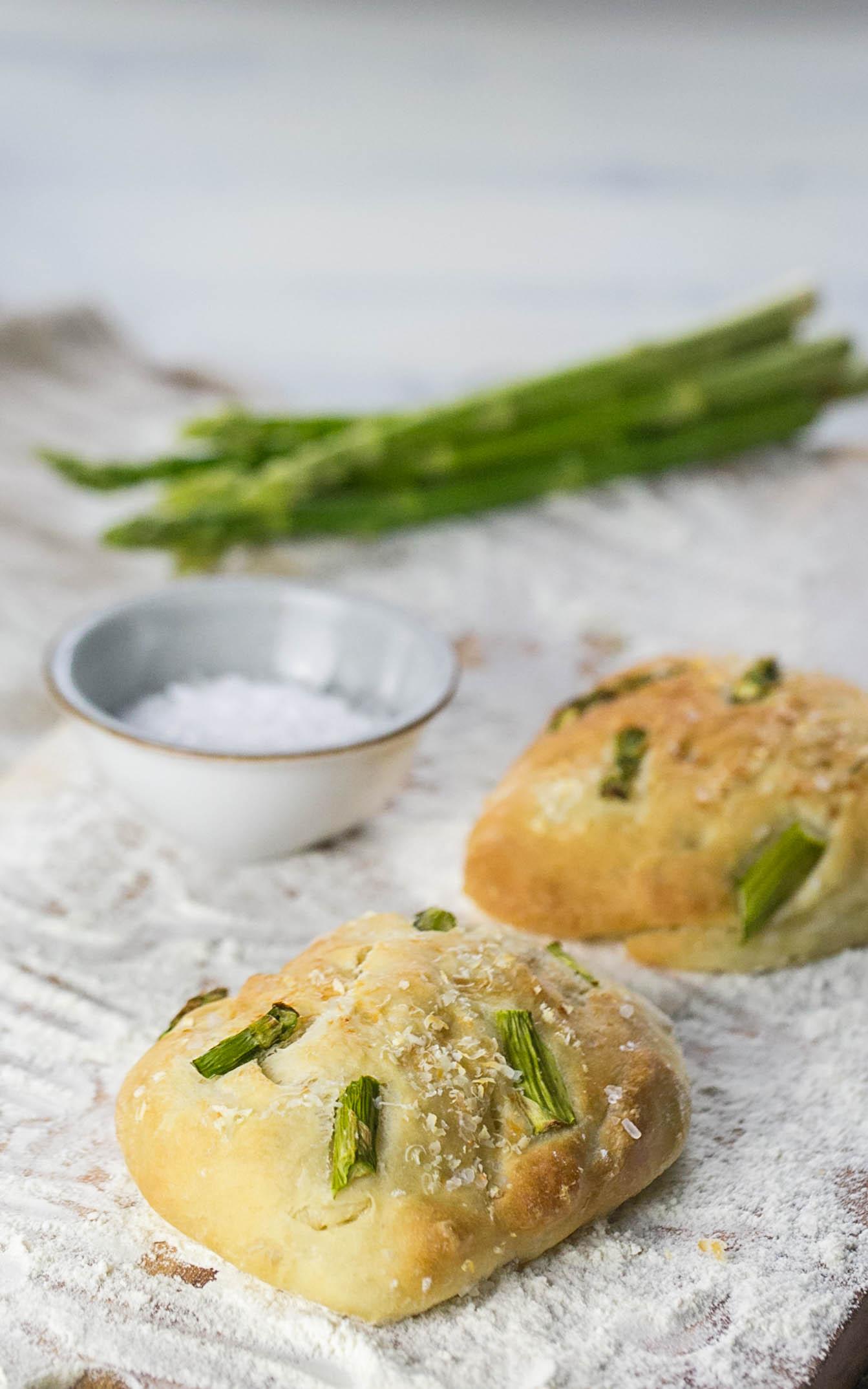 Focaccia mit Spargel und Parmesan
