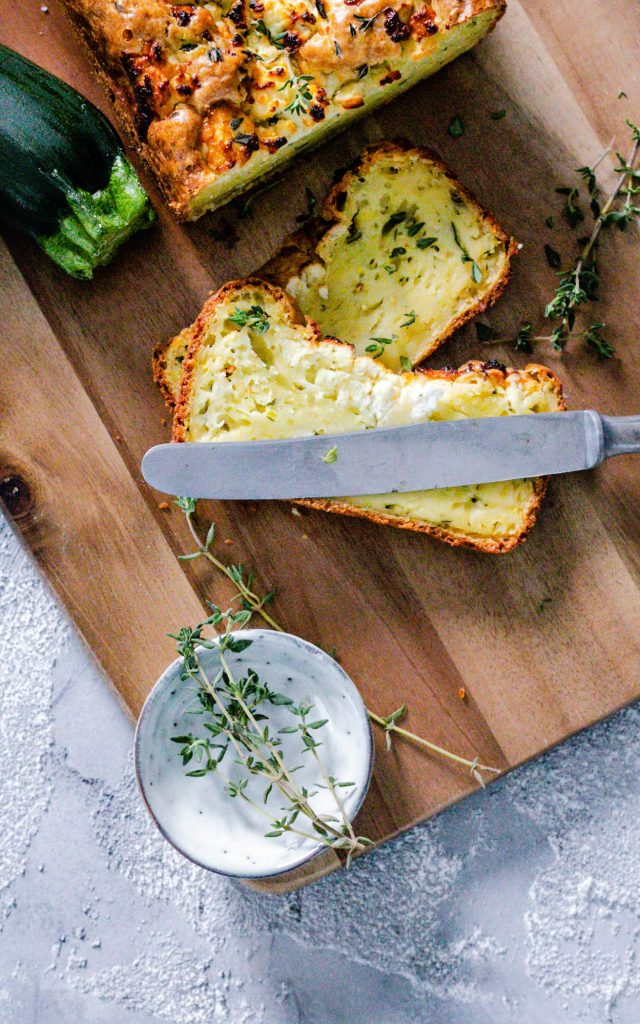 Zucchinibrot mit Feta und Zitronenthymian