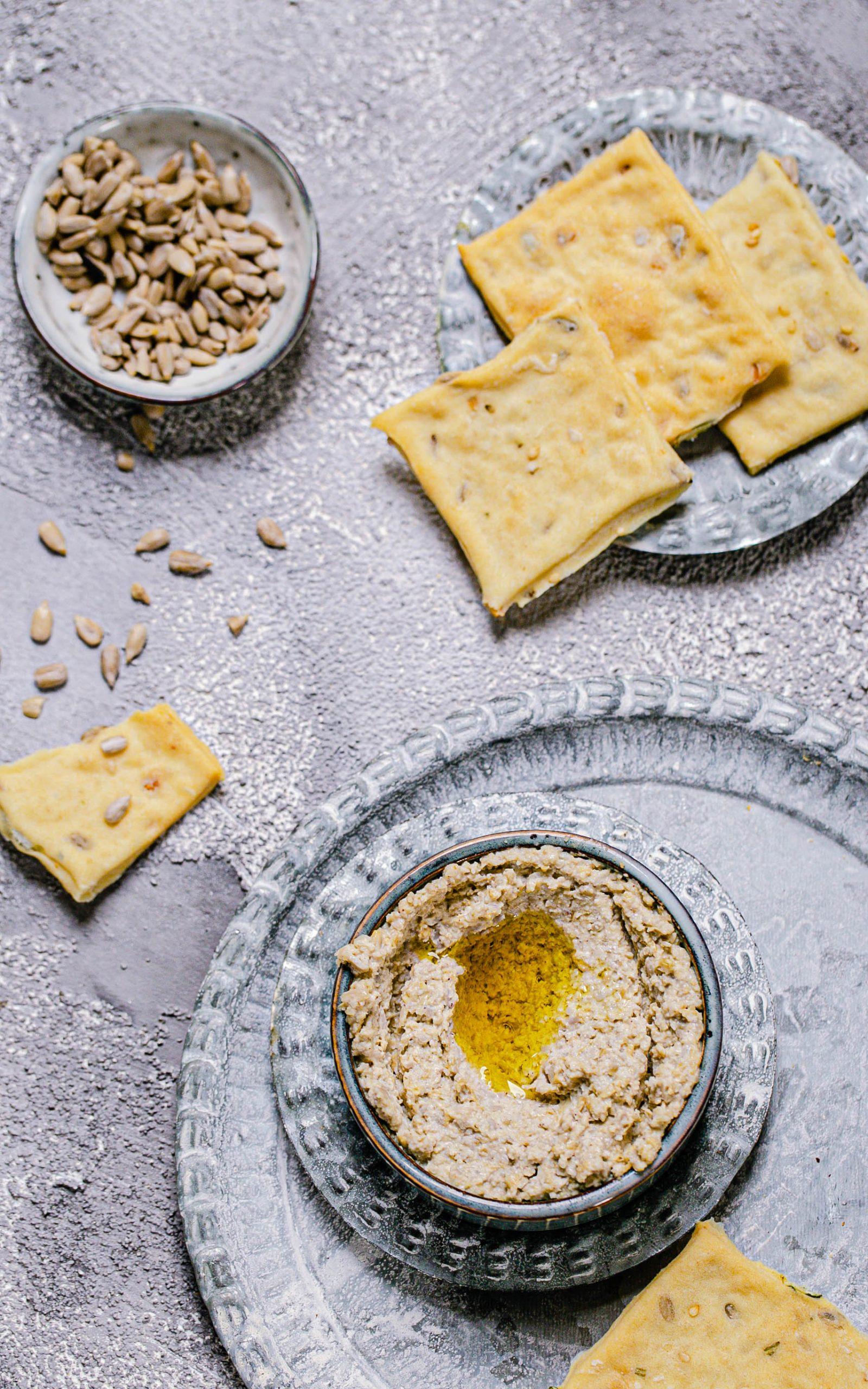Hummus aus Sonnenblumenkernen mit Knoblauch