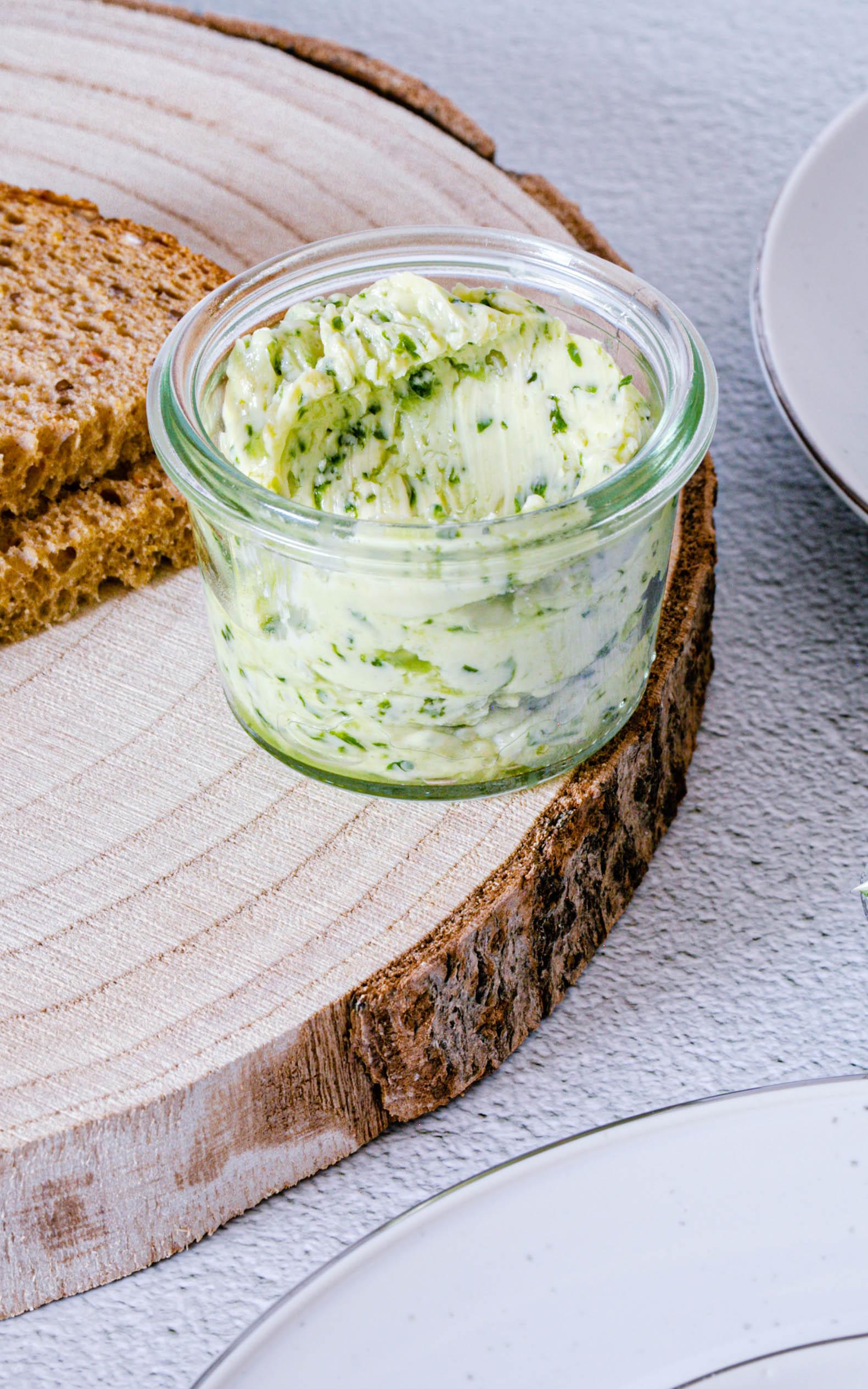 Bärlauch-Butter mit Mandeln und Limette