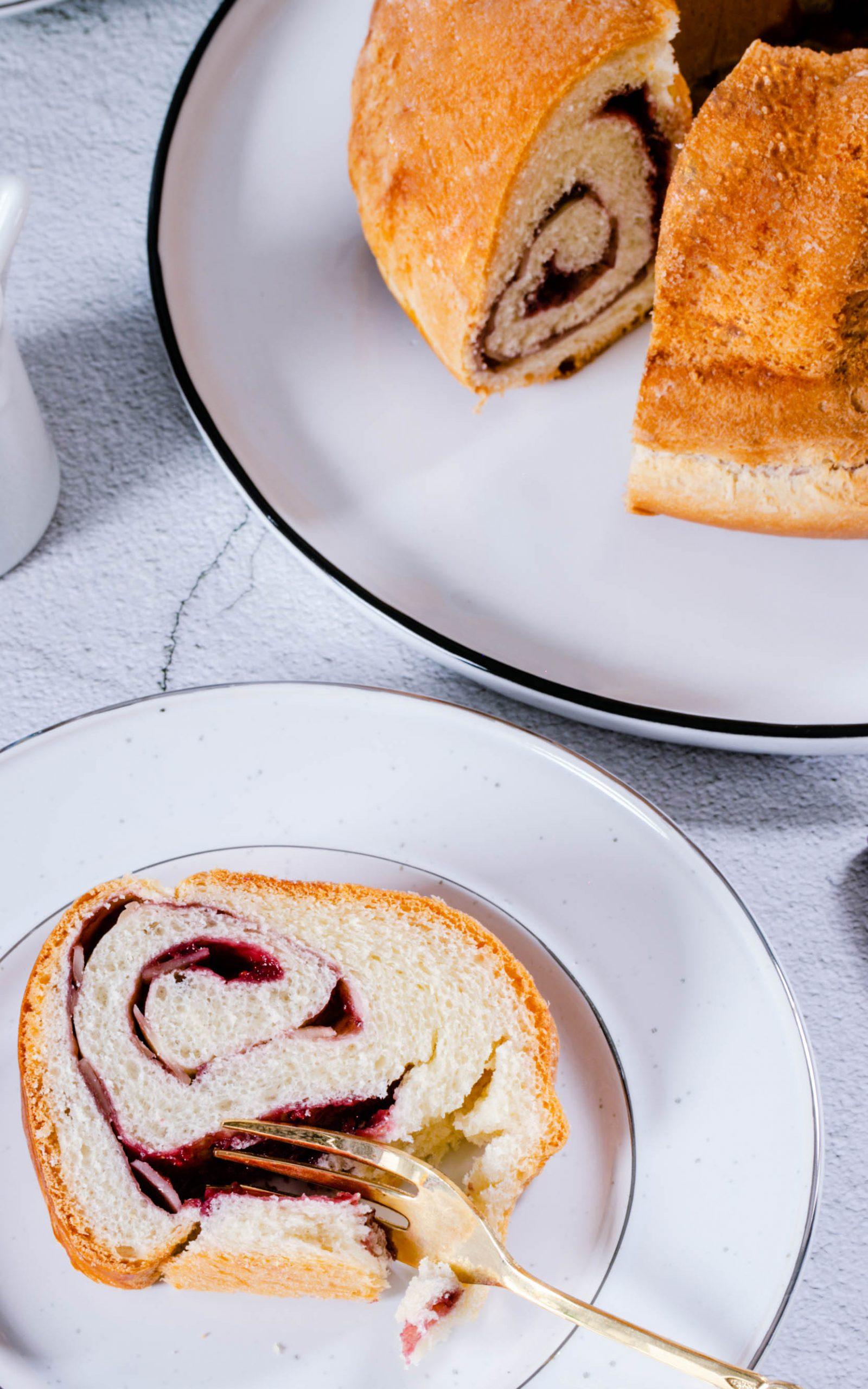 Gugelhupf mit Marmeladenfüllung und Mandeln aus dem Thermomix®