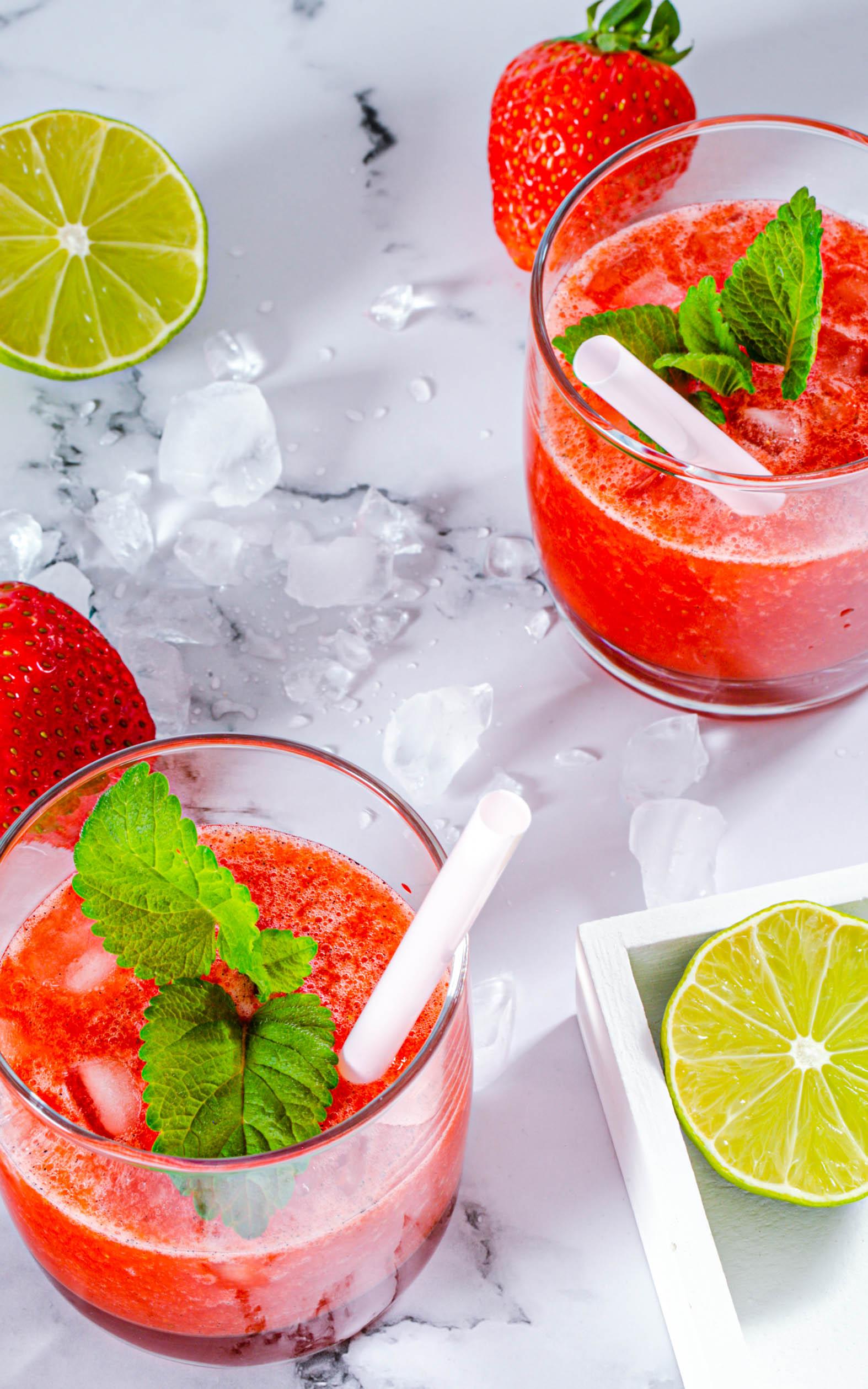 Erdbeer Limes mit Vodka und Cranberrysirup