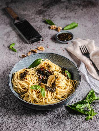 Pasta mit Pesto aus Walnüssen, Tomaten und einem Hauch Basilikum