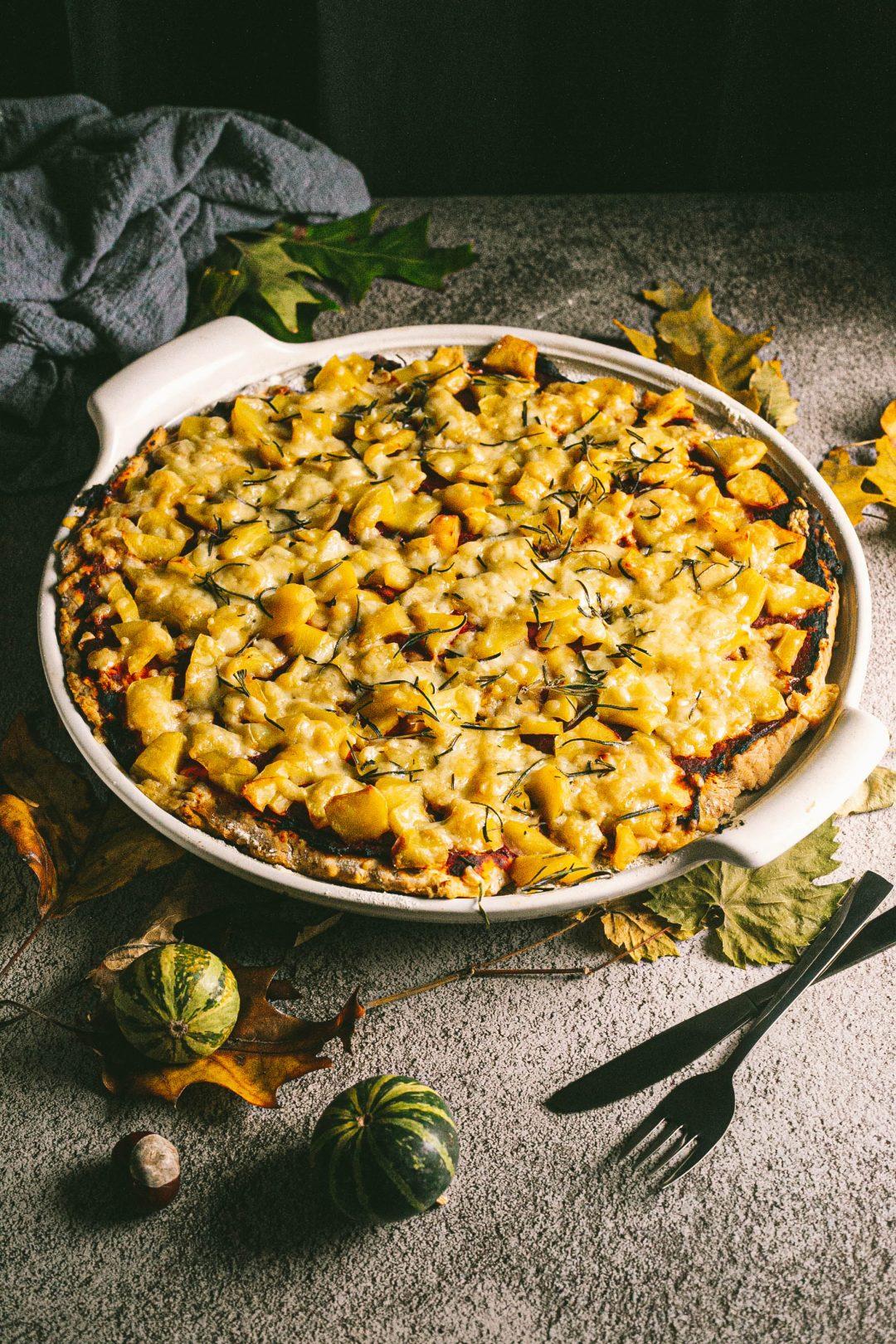 Kartoffel-Pizza mit Rosmarin und Zwiebeln