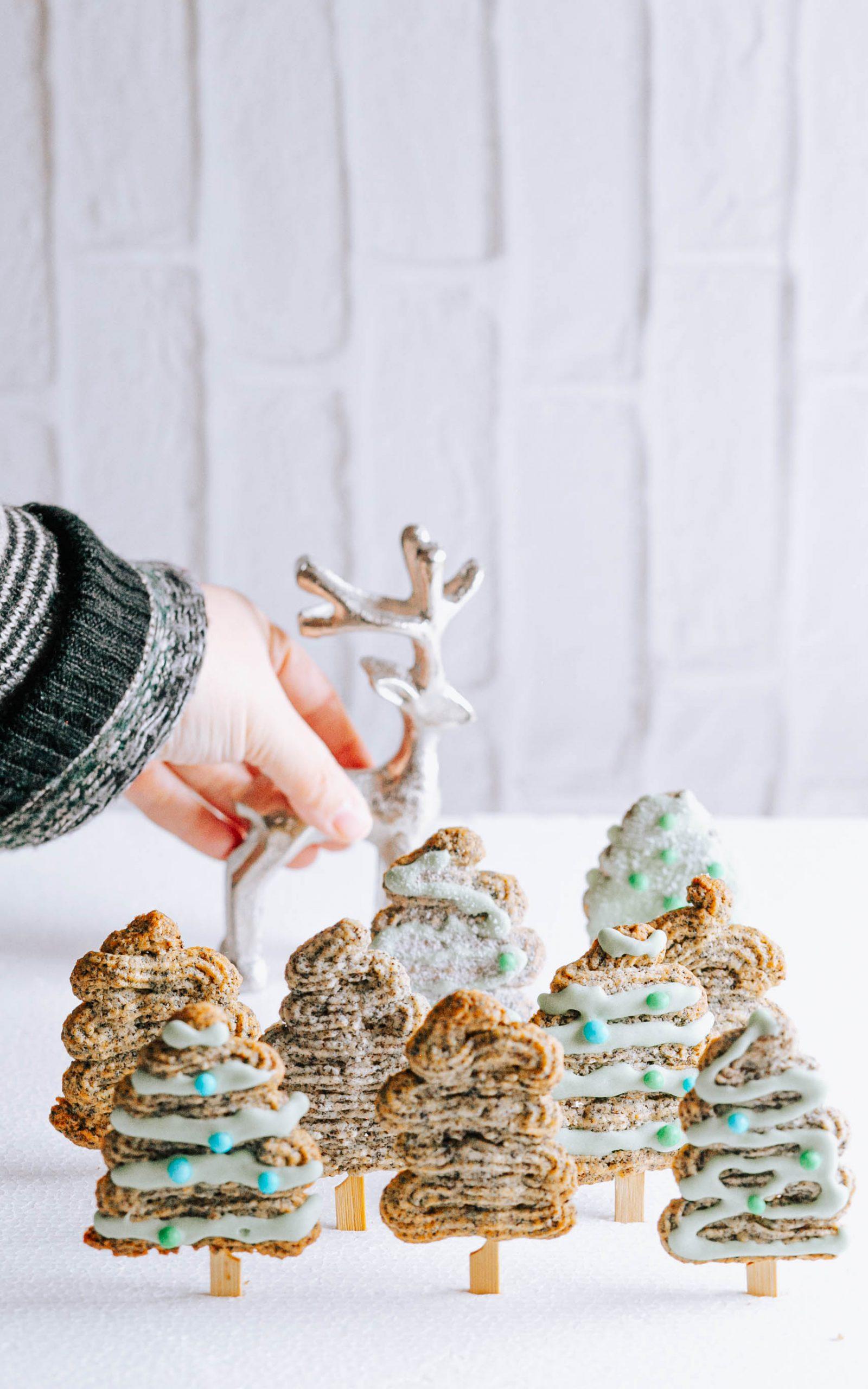 Kleine Weihnachtsbäumchen aus Spritzgebäck