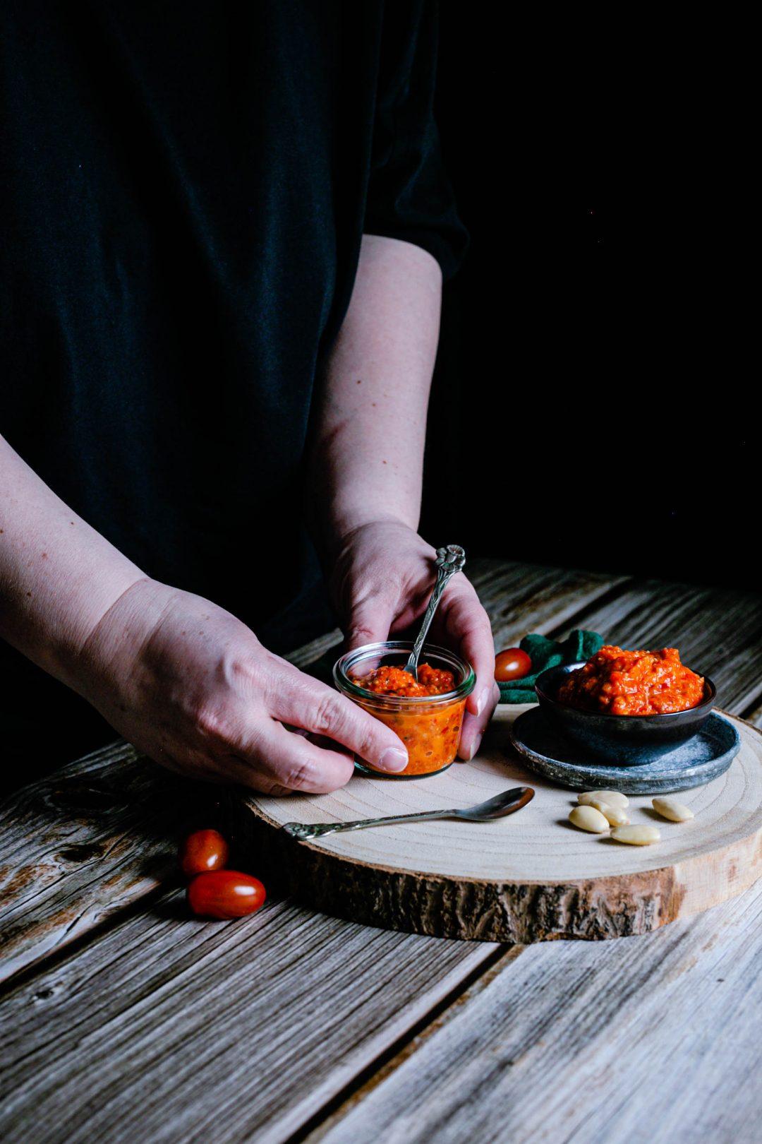 Rotes Pesto von gegrilltem Gemüse