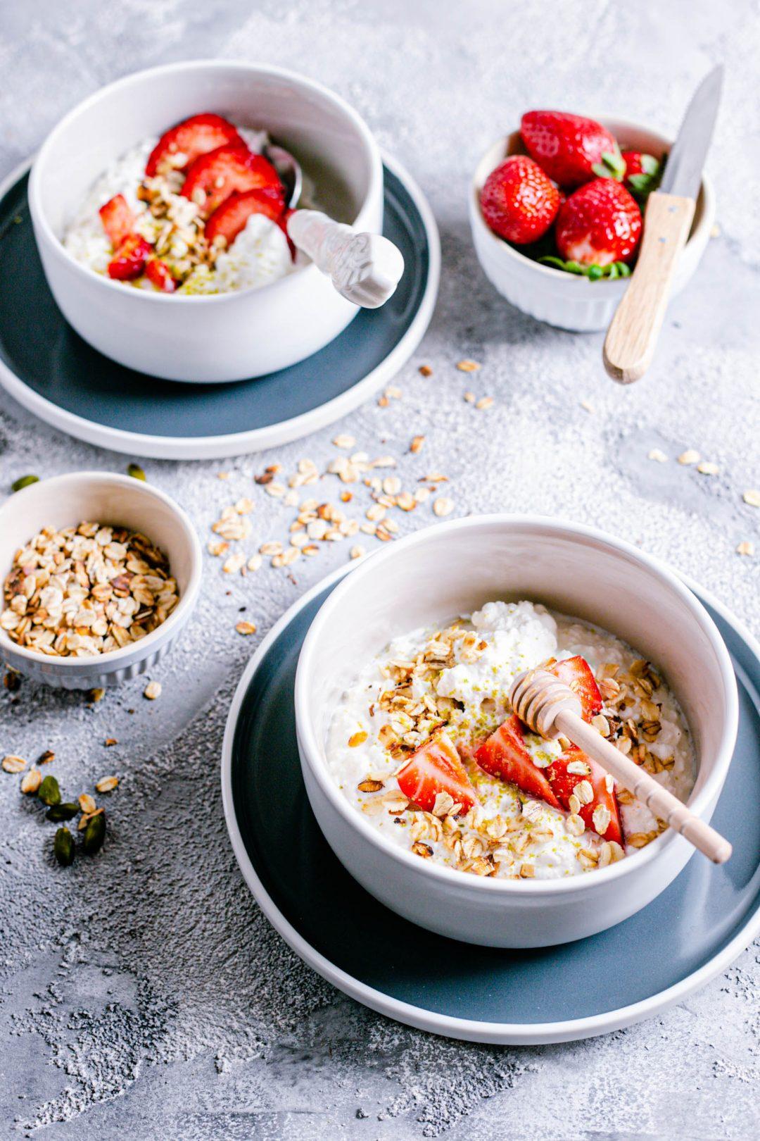 Low Carb: Hüttenkäse mit Joghurt und Erdbeeren
